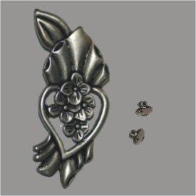 Zierniete Blüten im Herz 55mm altsilber